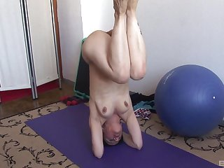 Solo matured amateur gets naked during her yoga prizefight and masturbates